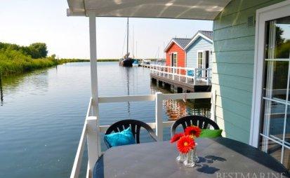 """Best Marine """"Chalet Red & Blue"""", Woonboot for sale by EYN Jachtmakelaardij Noord West"""